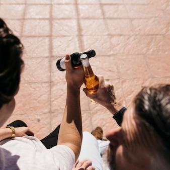 Concepto del día del padre con vista trasera de padre e hijo brindando con cerveza