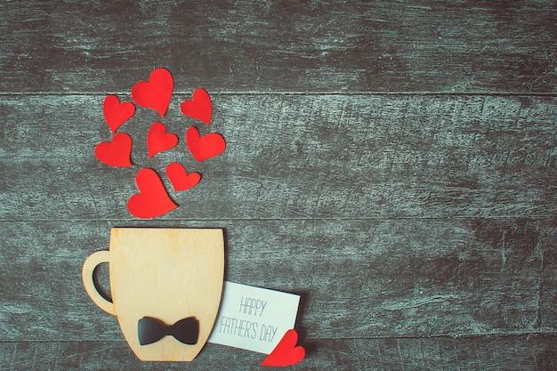 Concepto del día de padres. taza decorativa con pajarita y corazones. copyspace