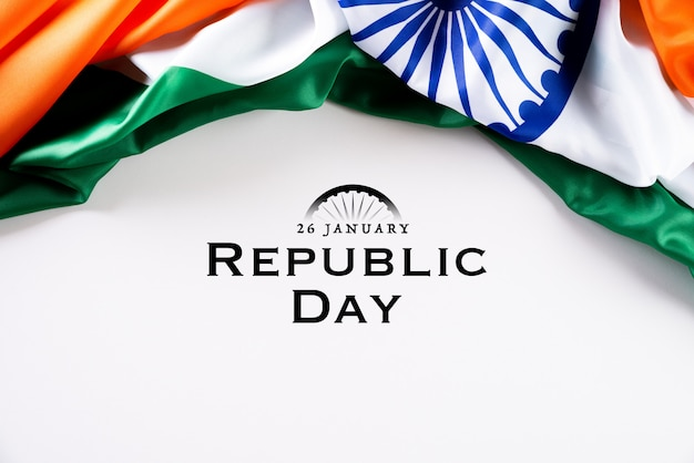 Concepto de día de la república de india. bandera india sobre fondo blanco