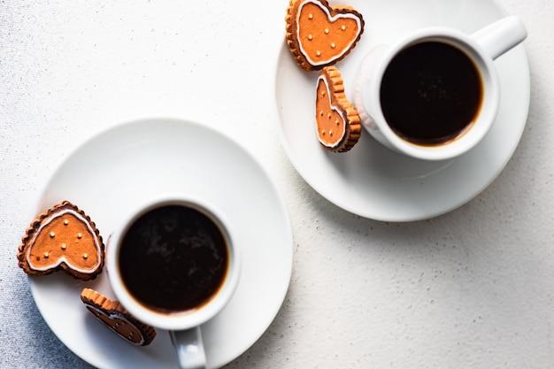 Concepto de día de san valentín con cafés y galletas