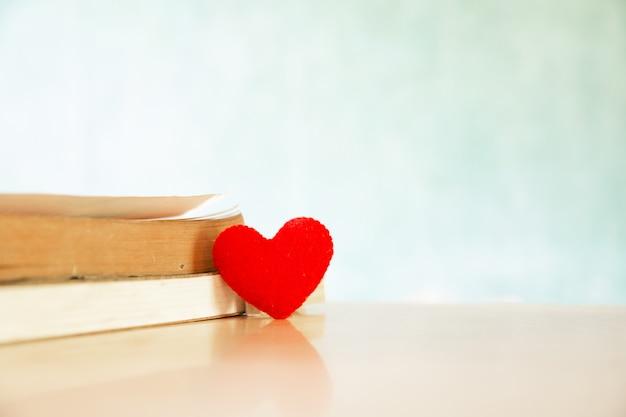 Concepto de día de san valentín. corazón del libro. tarjetas de felicitación