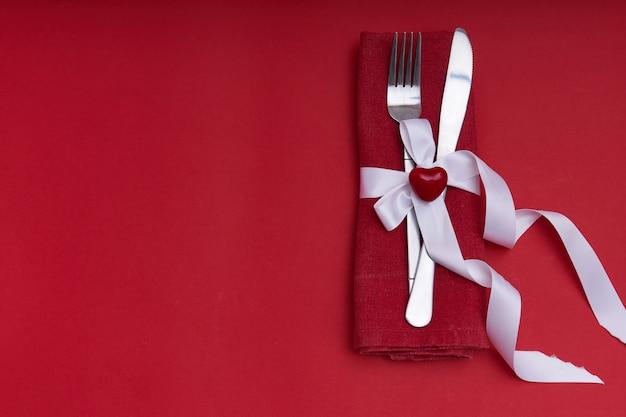 Concepto de día de san valentín cubiertos de plata con corazón