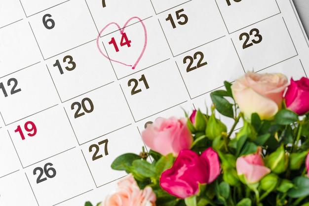 Concepto del día de san valentín. flores frescas con el número 14 en el calendario.