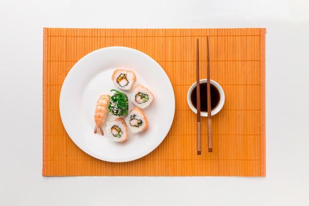 Concepto de día de sushi vista superior con salsa de soja