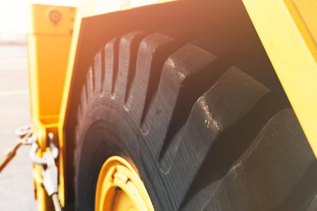 Concepto del día del trabajo. excavadora rueda negro vista primer plano
