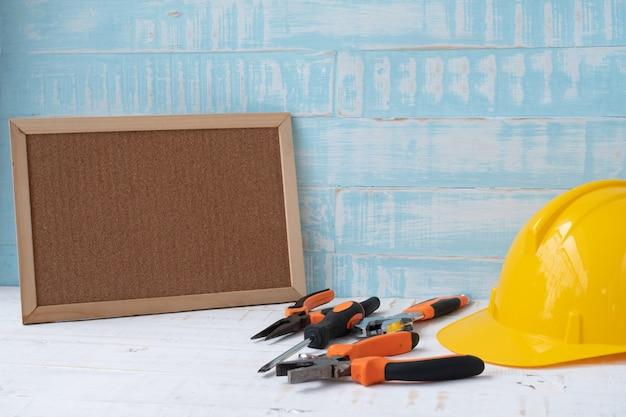 Concepto del día del trabajo. herramientas de construcción en superficie de madera azul.