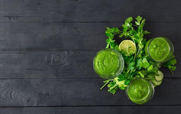 Concepto de dieta de desintoxicación, batido verde en una vista superior de fondo de madera