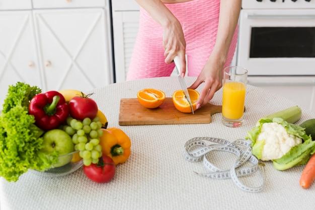 Concepto de dieta con mujer deportiva en la cocina