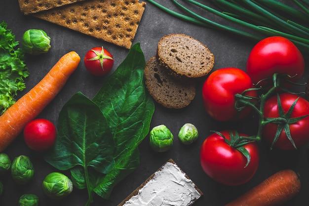 Concepto de dieta y nutrición. verduras maduras para cocinar platos frescos y saludables. comida limpia y equilibrada con fibra y estilo de vida saludable. comer sano