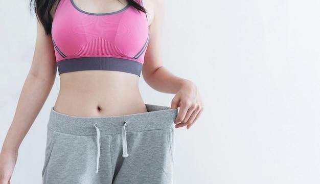 Concepto de dieta y pérdida de peso, mujer con cuerpo delgado y saludable