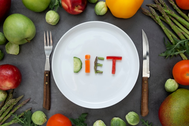 Concepto de dieta. plato redondo con palabra - dieta - compuesto de rodajas de diferentes frutas y verduras