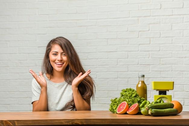 Concepto de dieta. retrato de una mujer latina joven y saludable sorprendida y conmocionada, mirando con los ojos muy abiertos, emocionada por una oferta o por un nuevo trabajo, concepto de ganar