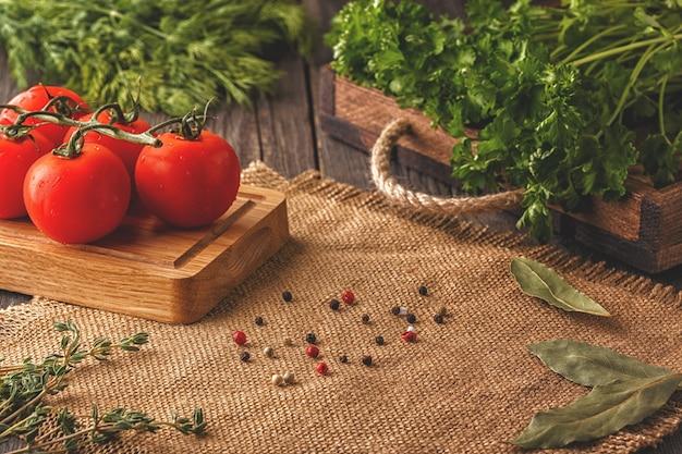 Concepto de dieta vegetariana con verduras, hierbas y especias
