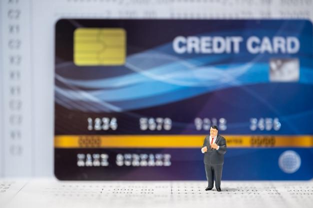 Concepto de dinero y finanzas empresariales. hombre de negocios, posición, encima, enorme, tarjeta de crédito