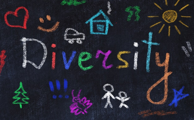 Concepto de direvsidad. palabra escrita con tiza de diferentes colores.