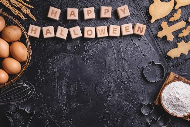 Concepto de diseño de diseño de vista superior para hacer galletas de halloween, preparar fiesta, espacio de copia en blanco.