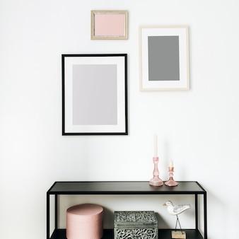 Concepto de diseño interior nórdico escandinavo mínimo moderno decorado con marcos de fotos de maquetas, estatuilla de pájaro, estante en blanco.