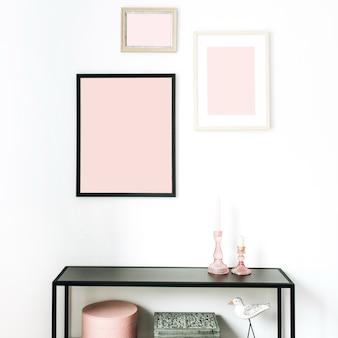 Concepto de diseño de interiores nórdico escandinavo minimalista moderno rosa decorado con maquetas de marcos de fotos, estatuilla de pájaro, estante en blanco.