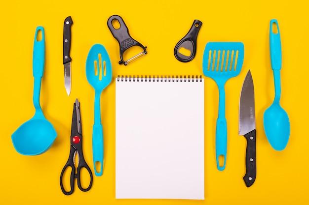 Concepto de diseño de utensilios de cocina aislados sobre fondo amarillo