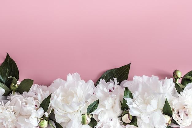 Concepto de diseño: vista superior del ramo de hermosas flores en la pared de color con espacio de copia