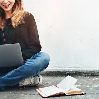 Concepto de dispositivo digital de estudiante de navegación de mujer estudiante