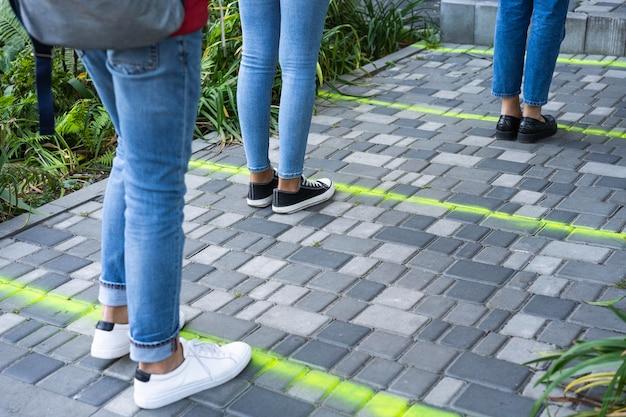 Concepto de distancia social al aire libre