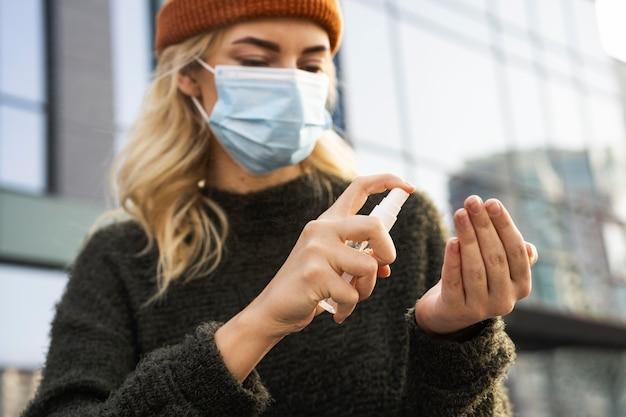 Concepto de distancia social con desinfectante