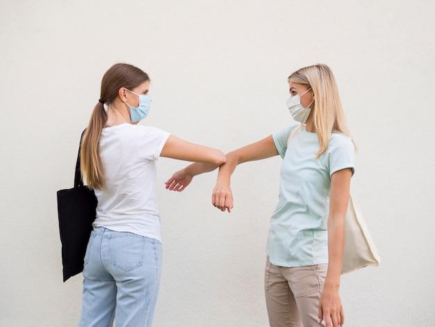 Concepto de distancia social con máscara médica