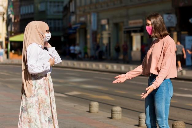Concepto de distanciamiento social con amigos