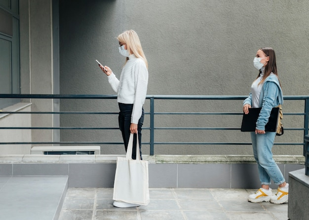 Concepto de distanciamiento social en espacios públicos
