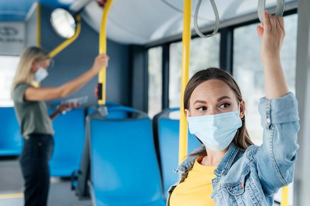 Concepto de distanciamiento social en el transporte público