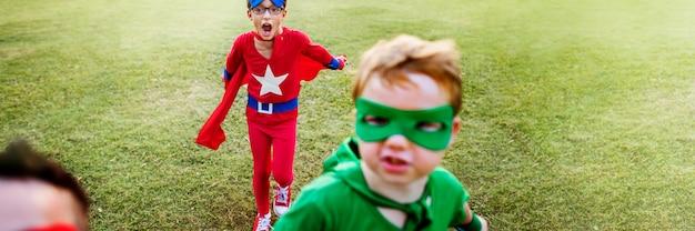Concepto de diversión lúdica de imaginación de aspiración de niños superhéroes