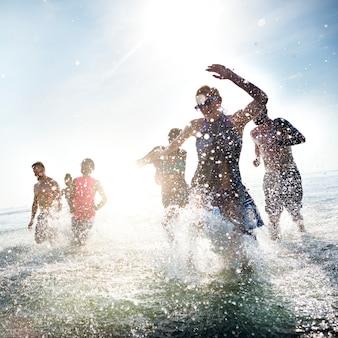 Concepto diverso de la playa de la diversión de la gente joven