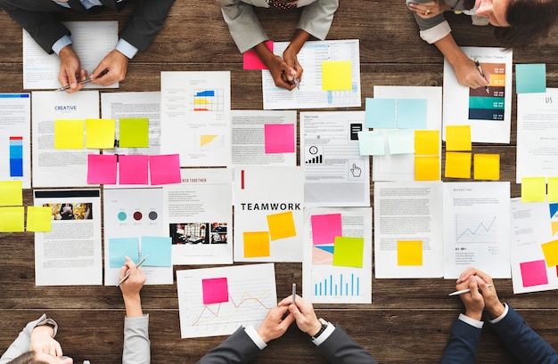 Concepto diverso de la reunión del intercambio de ideas de los hombres de negocios