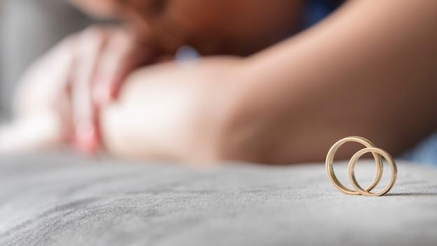 Concepto de divorcio de mujer borrosa