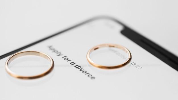 Concepto de divorcio con teléfono inteligente