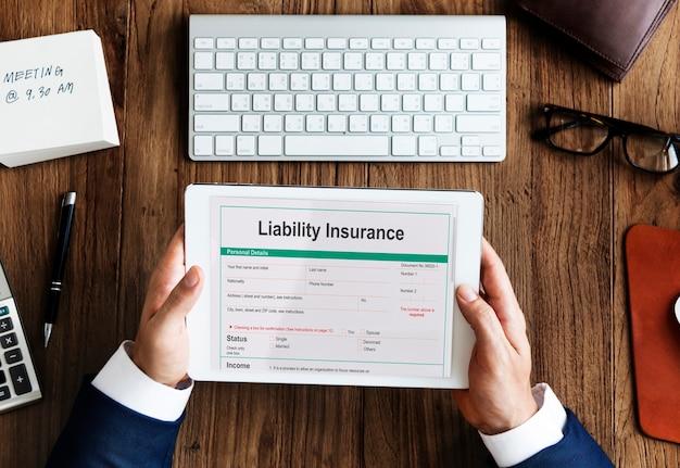 Concepto de documento de formulario de riesgo de dinero de seguro de responsabilidad