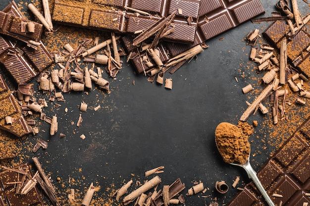 Concepto dulce de chocolate sobre fondo oscuro
