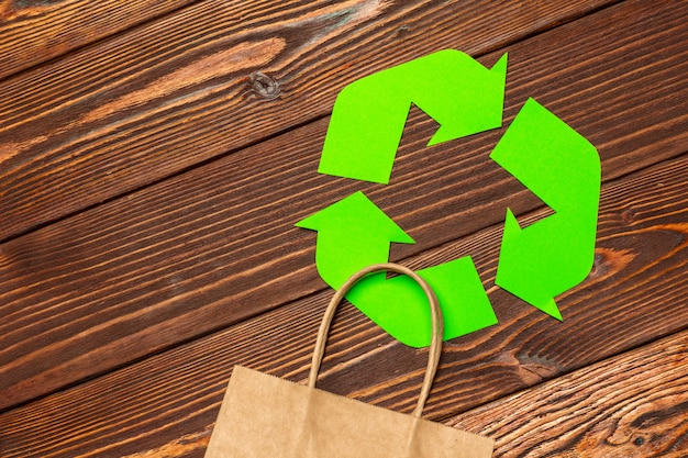 Concepto de eco con símbolo de reciclaje en el fondo de la tabla