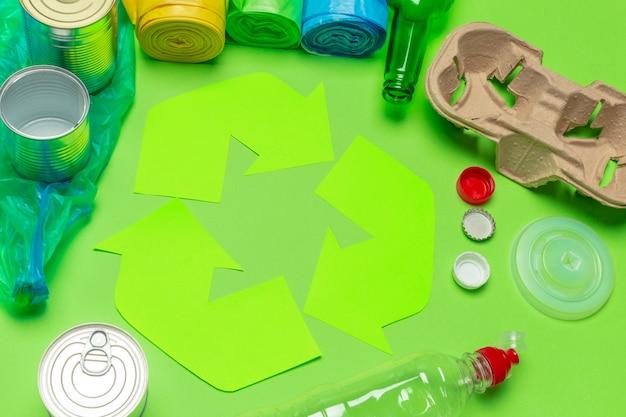 Concepto de eco con símbolo de reciclaje en la vista superior del fondo de la tabla