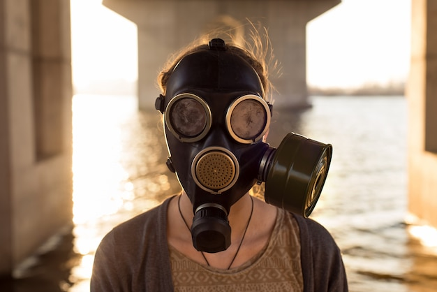 Concepto ecológico de contaminación del aire. mujer con máscara de gas
