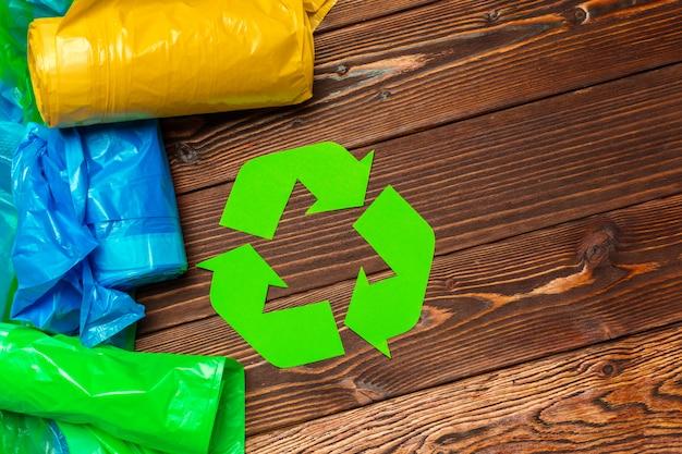 Concepto ecológico con símbolo de reciclaje en la vista superior del fondo de la mesa
