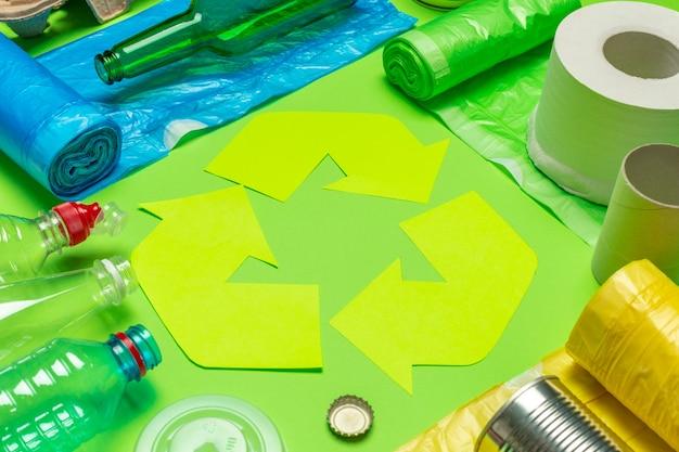 Concepto ecológico con símbolo de reciclaje en vista superior de la mesa