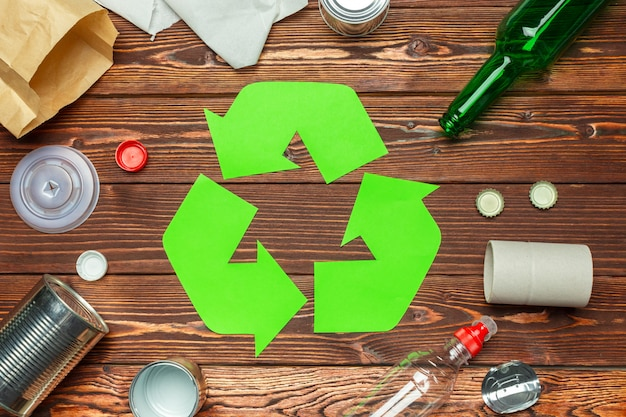 Concepto ecológico con símbolo de reciclaje en la vista superior de la mesa