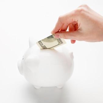 Concepto de economía con alcancía y alta vista de billetes