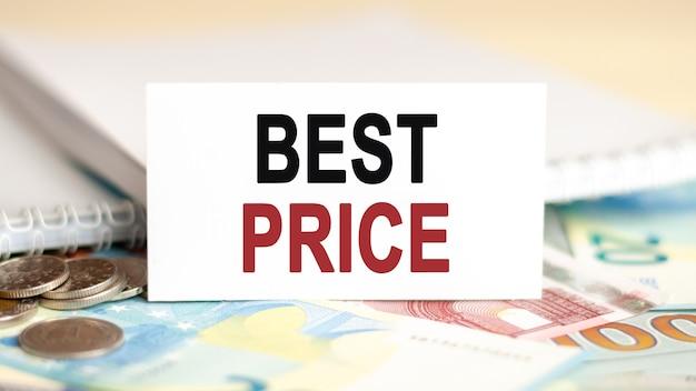 Concepto de economía y finanzas. sobre la mesa hay billetes, monedas y un letrero de papel blanco en el que está escrito: mejor precio