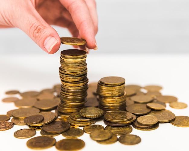 Concepto de economía con monedas apiladas