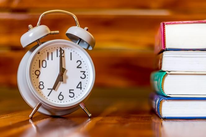 Concepto educación estudiante y libro de lectura.