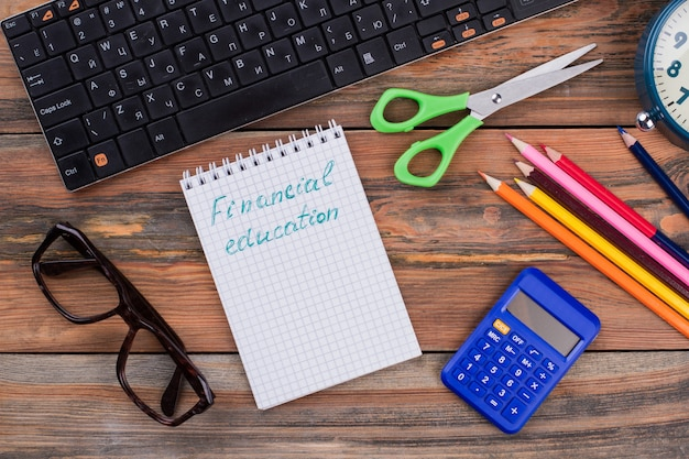 Concepto de educación financiera y accesorios escolares. vista superior plana laical.
