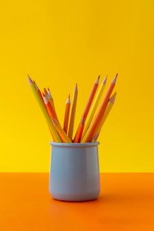Concepto de educación lápices afilados amarillos en soporte.